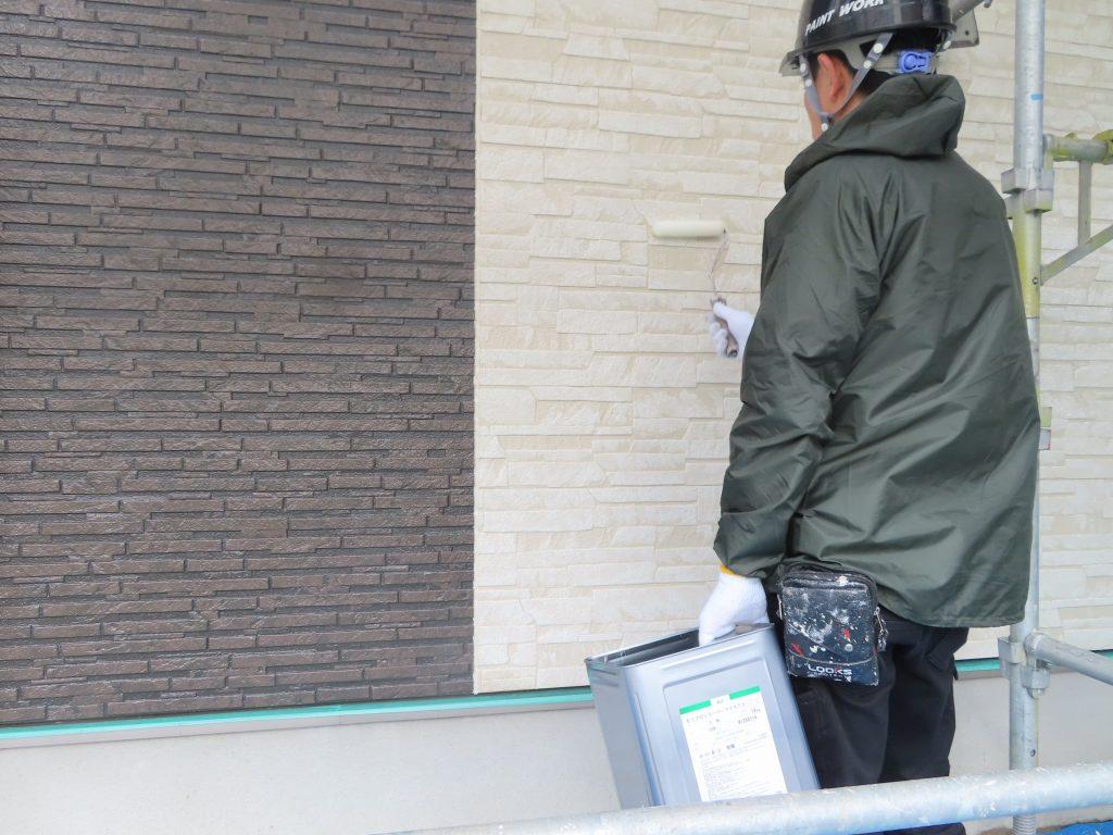 外壁クリヤー塗装中